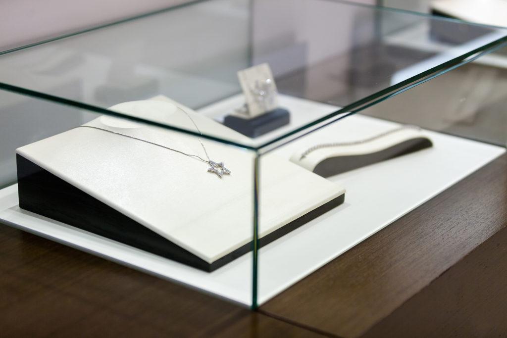 Szklane witryny i gabloty dla salonów jubilerskich np. Apart, YES, usługi szklarskie Przeźmierowo, Wilczyna, Duszniki, Poznań